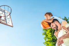 leka son för basketfader royaltyfri foto