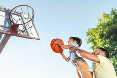 leka son för basketfader royaltyfri fotografi