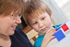 leka son för moder tillsammans Fotografering för Bildbyråer