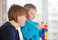 leka son för moder tillsammans Arkivbild