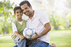 leka son för faderfotboll Fotografering för Bildbyråer
