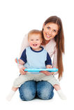leka son för lycklig moder Arkivfoton