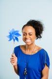 Bakgrund för blått för definition för kick för rolig kvinnastående verkligt folk Royaltyfria Bilder
