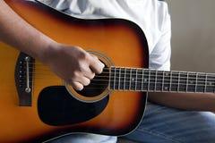 leka strumming för gitarr Arkivbilder