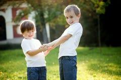 leka syster för broder Royaltyfria Bilder