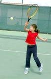 leka tennis för flicka Royaltyfri Foto