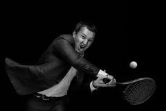 leka tennis för man royaltyfri fotografi
