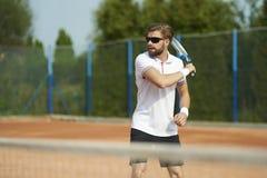 leka tennis för man arkivfoto
