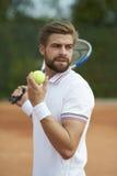 leka tennis för man royaltyfria foton