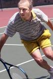 leka tennis för manmiddleage Royaltyfri Fotografi