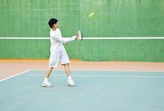 Leka tennis för pojke Fotografering för Bildbyråer