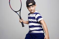 Leka tennis för pys Sportunge royaltyfria bilder
