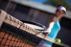 leka tennis för kvinnlig Royaltyfria Bilder
