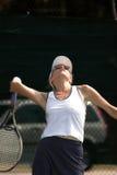 leka tenniskvinna royaltyfri bild