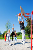 leka tonåringar för basket Royaltyfri Fotografi