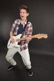 leka tonåring för elektrisk gitarr arkivbild