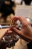 leka trumpet för tät man upp royaltyfri fotografi