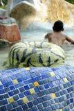 leka vatten för asiatisk pojkepark arkivfoto