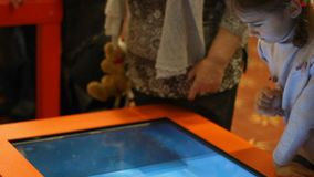 leka video för modig flicka Flickaunge som spelar pekskärmleken Växelverkande lek