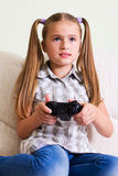 Leka videospel för flicka. Arkivfoto