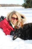 leka vinterkvinna för hund fotografering för bildbyråer