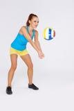 Leka volleyboll för kvinna Royaltyfria Bilder