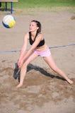leka volleyboll för strandflicka Royaltyfri Foto