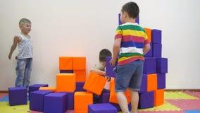 Lekar för barn` s inomhus lager videofilmer