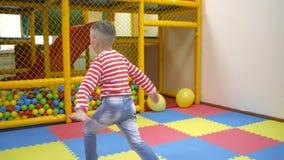 Lekar för barn` s inomhus stock video