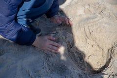 Lekar för ett barn i sanden Fotografering för Bildbyråer