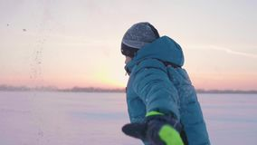 Lekar för ett barn i vintern utomhus, körningar, kast snöar till överkanten härlig solnedgång Aktiva utomhus- sportar arkivfilmer