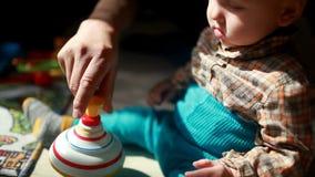 Lekar för ett barn med en leksakkarusell arkivfilmer