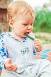 Lekar för ett barn på gräset arkivfoto