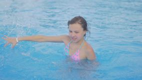 Lekar och puttefnask för flicka tonåriga i basseine arkivfilmer