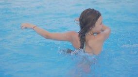 Lekar och puttefnask för flicka tonåriga i simbassäng stock video