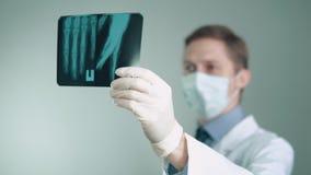 Lekarek pracy w szpitalu patrzeje promieniowanie rentgenowskie zdjęcie wideo