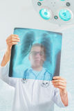 Lekarek spojrzenia przy promieniowanie rentgenowskie wizerunkiem obraz royalty free