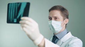 Lekarka angażuje w traktowaniu pacjenci egzamininuje cierpliwego ` s promieniowanie rentgenowskie zbiory