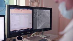 Lekarka bada ultradźwięk Istny bicie serca Ultrasonic egzamin na ekranie komputerowym zbiory