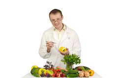 Lekarka bierze próbkę warzywa Zdjęcie Royalty Free