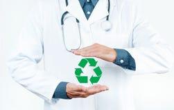 lekarka być pojęcia ręką opieki zdrowotnej pomoc opóźnioną pigułkę symbol recyklingu Obraz Royalty Free