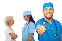 lekarka daje męskim kciukom Zdjęcia Stock