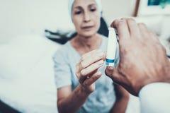 Lekarka daje pigułce Pacjent na rehabilitaci obrazy royalty free