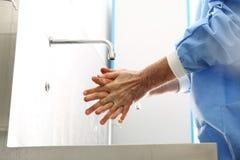 Lekarka dezynfekuje jego ręki Fotografia Royalty Free