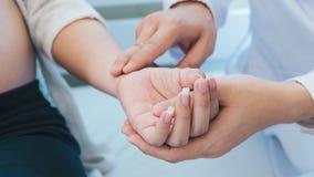 Lekarka diagnozuje kobieta w ciąży obrazy royalty free