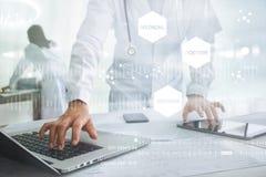 Lekarka dotyka medyczną sieci ikonę z stetoskopem Obrazy Stock
