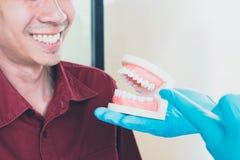 Lekarka egzamininował pacjentów objawy i zakłada że toothache znikał zdjęcia royalty free