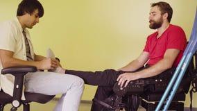 Lekarka egzamininuje cierpliwą ` s nogę zdjęcie wideo
