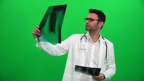 Lekarka Egzamininuje klatki piersiowej promieniowanie rentgenowskie Na zieleń ekranie zdjęcie wideo