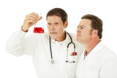 lekarka egzamininuje medyczną próbkę fotografia stock